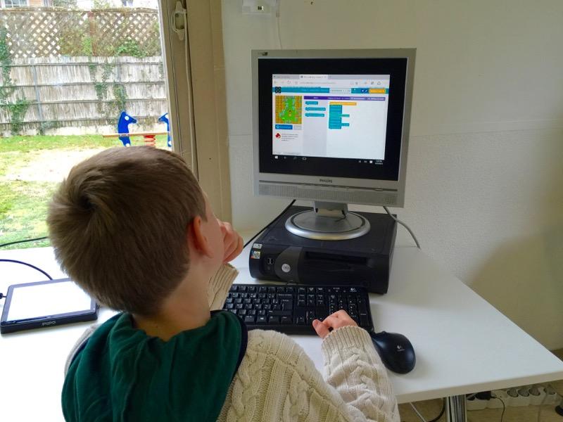 Les enfants s'initient au code au FABlab Moébius