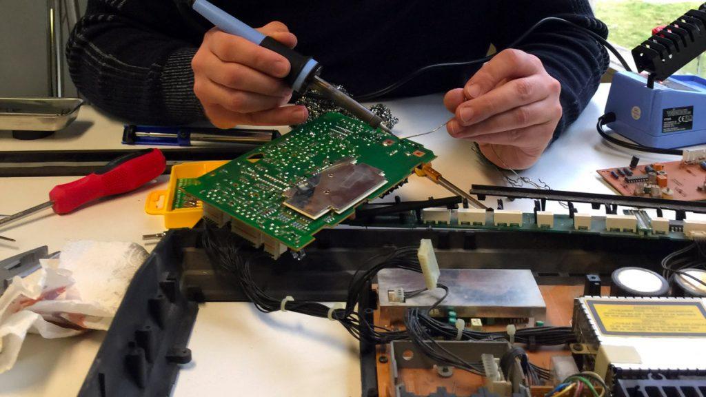 Ampli Bang Olufsen en cours de réparation