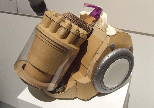 Prototype d'aspirateur Dyson en carton ©Dyson
